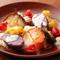 旬の味にチーズが合う!『地場野菜とスペインチーズの陶板焼き』