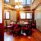レトロな調度品に彩られた個室は優雅で落ち着きのある雰囲気