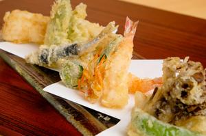 天ぷらを中心に据え、脇を固める逸品を愉しむ『コース料理』