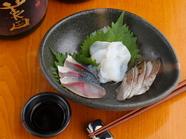 3つの漁港から直送で仕入れる鮮魚が味わえる「刺身盛り合わせ」