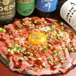 トマホークステーキに加え、新登場「和牛炙りユッケ」をご堪能いただけます。当店自慢の肉メニューが満載!
