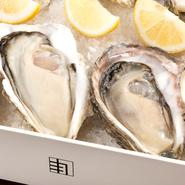 選び抜かれた牡蠣を、富山湾の水深300Mの海洋深層水を専用のプールでかけ流しにすることで自然の力で浄化した新鮮な「牡蠣」。混じり気のないストレートな牡蠣の味わいを楽しめます。