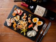 食材ごとに燻製チップを使いわけた燻製バルモトカラの逸品♪ 通のお客様から、初めてのお客様もお楽しみ頂けます。 燻製デビューはモトカラで♪