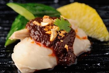 鶏肉の柔らかさと特製ソースの辛味が食欲をそそる『四川名物よだれ鶏』