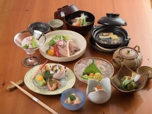 季節の会席で旬の味覚を満喫する自慢の『コース料理』