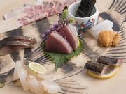 ベーコン、ウネ、さえずり、胃袋、百ひろなど5種類の刺身の盛り合わせ。内容は季節によって変わります。