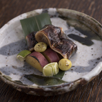 旬の秋刀魚を肝醤油にすることで、通常では食べにくい肝をおいしく召し上がって頂けます。秋刀魚と一緒に季節の野菜もどうぞ。