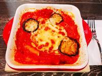 チーズとトマトソースたっぷっり、濃厚でまろやかな味わいにナスとペンネが包まれた逸品です!!