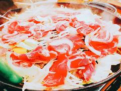ヘルシーで美味しいラム肉を食べ応えのある厚切りにて提供しています。ご飯、ビール供にベストマッチです。
