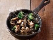 """さっぱり美味しい""""鶏生ハム""""を香り豊かなカルパッチョに◎黒トリュフオイルがアクセントとなった贅沢な逸品。"""