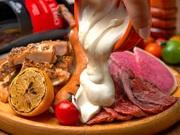 肉の旨みが溢れた上質な牛ハラミステーキやスパイシーなグリルチキン、極太ソーセージなど、肉!肉!肉!肉好きのためのGABURICO特製「肉盛りプレート」。