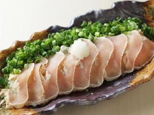 鶏の旨みをさっぱりと味わえる『清流鶏のタタキ』
