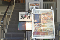 「六本木一丁目」駅から徒歩5分。階段を上って2階に