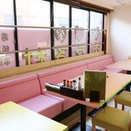 カジュアルで明るい印象の店内。ゆったりとしたソファ席は、小さい子供のいるファミリー客にとっても嬉しいところ。小樽市に家族で観光で訪れた際にもおすすめです。