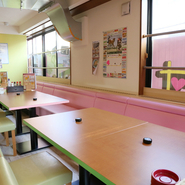 テーブル席は2人から6人用まで用意。席同士がつなげられるため、さまざまな人数・利用形態に対応できます。女性も入りやすいカジュアルな居酒屋のため、女子会やママ会にもうってつけです。