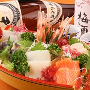 生本マグロをはじめとする、旬の鮮魚のお刺身をここぞとばかりに盛り込んだ豪華絢爛な盛り合わせです。