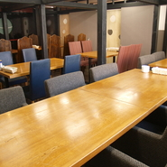 通常は4名様から8名様位の完全個室になっています。全て繋げて40名様までの大宴会場にもなるんです!