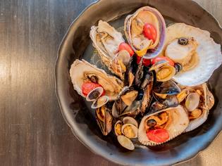 貝の旨味をとことん堪能できる「貝だけでアクアパッツァ」