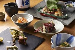 魚光名物の鰹藁焼き、豚肩ロースの炭火焼きなどもお召し上がり頂けます。お酒がすすむ おつまみも沢山!