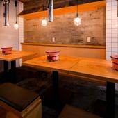 七輪を囲むテーブルはどこか懐かしく、安らげる雰囲気