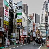新宿駅西口から徒歩3分。飲食店が多く集まる便利な立地