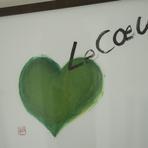 室内に飾られた絵は千葉県佐倉在住の書家・波塚與志子氏の作品。前店の頃からお客様で、独立する際「ハートと店名を書いて下さい」とお願いしたらグリーンのこの絵を描いてくださったと言います。