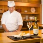 カウンター席で、時に料理長と会話をしながら過ごすのも素敵