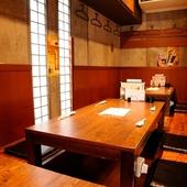 和の風情が漂う半個室で、日本の旬の魚介をしっとり味わう