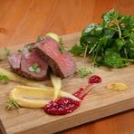 しっとりと柔かい『短角牛ランプ肉の炭火焼き サラダ添え』
