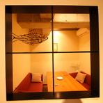 小窓のある、おしゃれなソファー個室