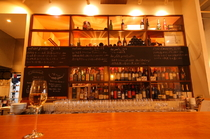 世界各国のワインが並ぶ、ウォークインワインセラー