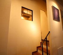 中二階にある隠し部屋のような個室へと続く階段