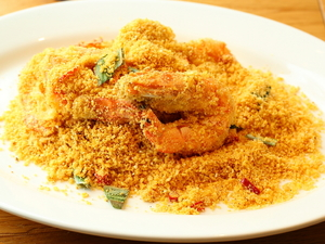 お酒のおつまみにぴったりの甘辛味。シンガポール定番料理『有頭海老の黄金炒め』