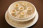 ちまきの様にモチモチした食感のもち米は特製醤油だれと干し海老の香りづけが特徴の一品です。