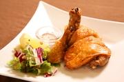 知床鶏のもも肉を葱・生姜・山椒で漬けこみ、サクサクに揚げた一品。