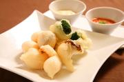 季節野菜と海老のフリッターをチリソースと台湾マヨネーズソースでいただきます。