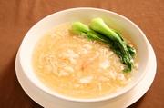 六時間ボイルし美味しい食感に仕上げたフカヒレを、ズワイ蟹と鶏黄金スープで煮込んだ一品。