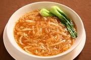 じっくりボイルし美味しい食感に仕上げたフカヒレを、細切り白菜と鶏黄金スープで煮込んだ一品。