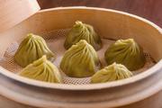 台湾産の特選烏龍茶葉を独自の製法で生地と餡に練り込んだ小籠包。爽やかな香りでほろ苦さがたまりません。6ヶ1080円