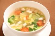 体に優しいビタミン豊富な野菜スープに卵を花模様に散らした一品。