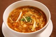 台湾黒酢と白黒胡椒が効いた台湾醤油味のスープ。酸味辛さが融合した絶妙な味です。