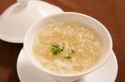 六時間ボイルし美味しい食感に仕上げたフカヒレを、卵白と鶏黄金スープで煮込んだ塩味のスープです。