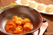 プリプリ食感が存分に楽しめる大海老を使ったチリソースが熱々鍋で供されます。辛い中にもまろやかさがある風味豊かな味わいで、五感に響く一品です。