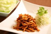北京味噌で炒めた細切り豚をレタスに包んでいただきます。