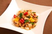 新鮮な知床鶏と彩り野菜をブラックビーンズで炒めた一品。