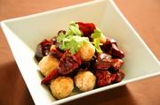 風味豊かな知床鶏を中国唐辛子と共に唐揚げに。