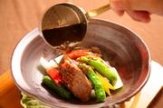 厳選した和牛が熱々の土鍋で供されます。柔らかい肉と甘辛いソースが食欲を誘う一品。