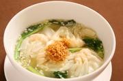 海老すり身を使ったつるつるワンタンと、干し海老で出汁を取った塩味のスープの相性が絶妙です。 小椀700円