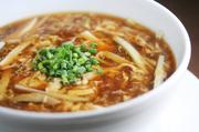 台湾黒酢と白黒胡椒が効いた台湾醤油味のスープ麺。酸味と辛さが融合した絶妙な味です。 小椀780円