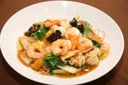 両面カリカリに焼いた麺に海鮮と具だくさん野菜餡を掛けた一品。台湾黒酢が香ります。